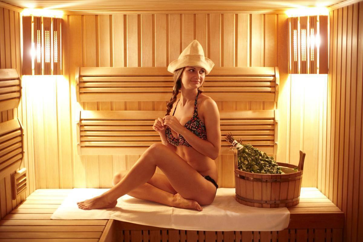 Девушка в русской бане